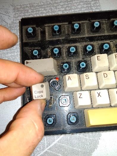 Teclado Commodore Amiga 2000 restauración (10)