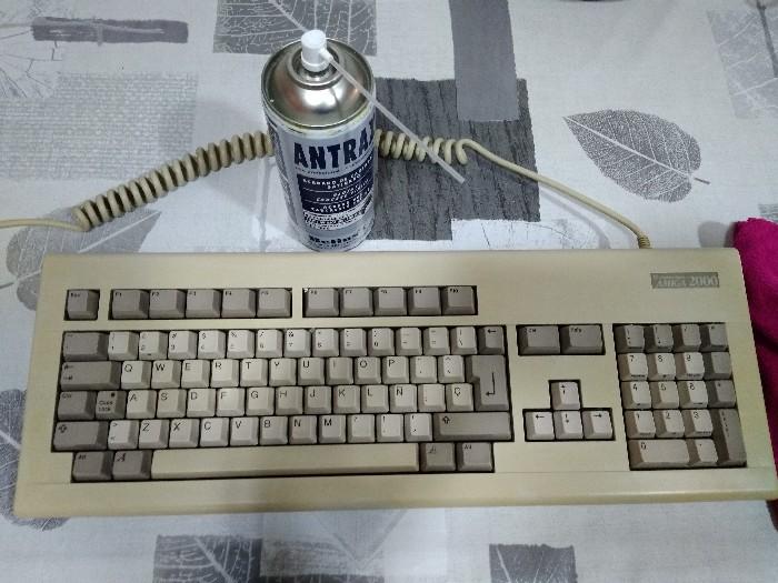 Teclado Commodore Amiga 2000 restauración (28)